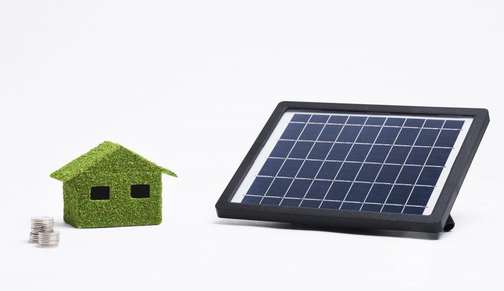 Talo ja aurinkopaneeli